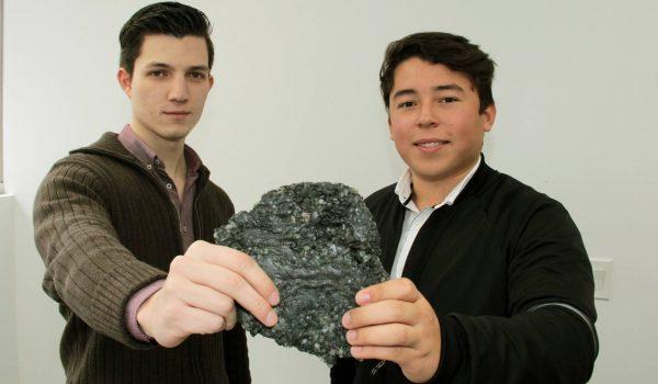 Francisco García Luna y Daniel Mata Martínez sostienen un trozo de polycrete. UDEM
